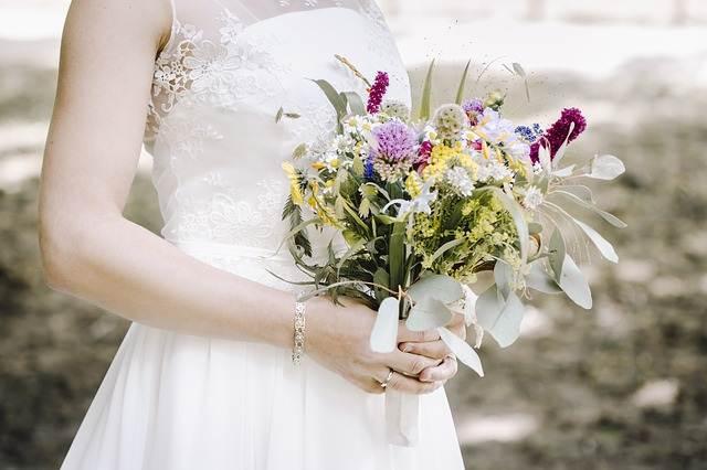 peluang usaha rumahan - jasa penyewaan baju pengantin A